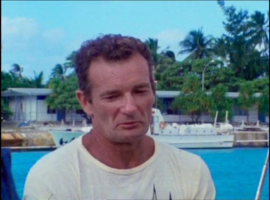 """Éric Tabarly réalisait en 1977 une traversée de 15 jours dans le Pacifique. Souvent qualifié de """"solitaire"""" il expliquait pourquoi cela le faisait sourire.  Rencontre d'un marin de légende dans #RembobINA """"Pacifique sud avec Tabarly"""" dimanche 15H00 sur LCP/LCP.fr @Inafr_officiel https://t.co/DLxxLDPQ7u"""