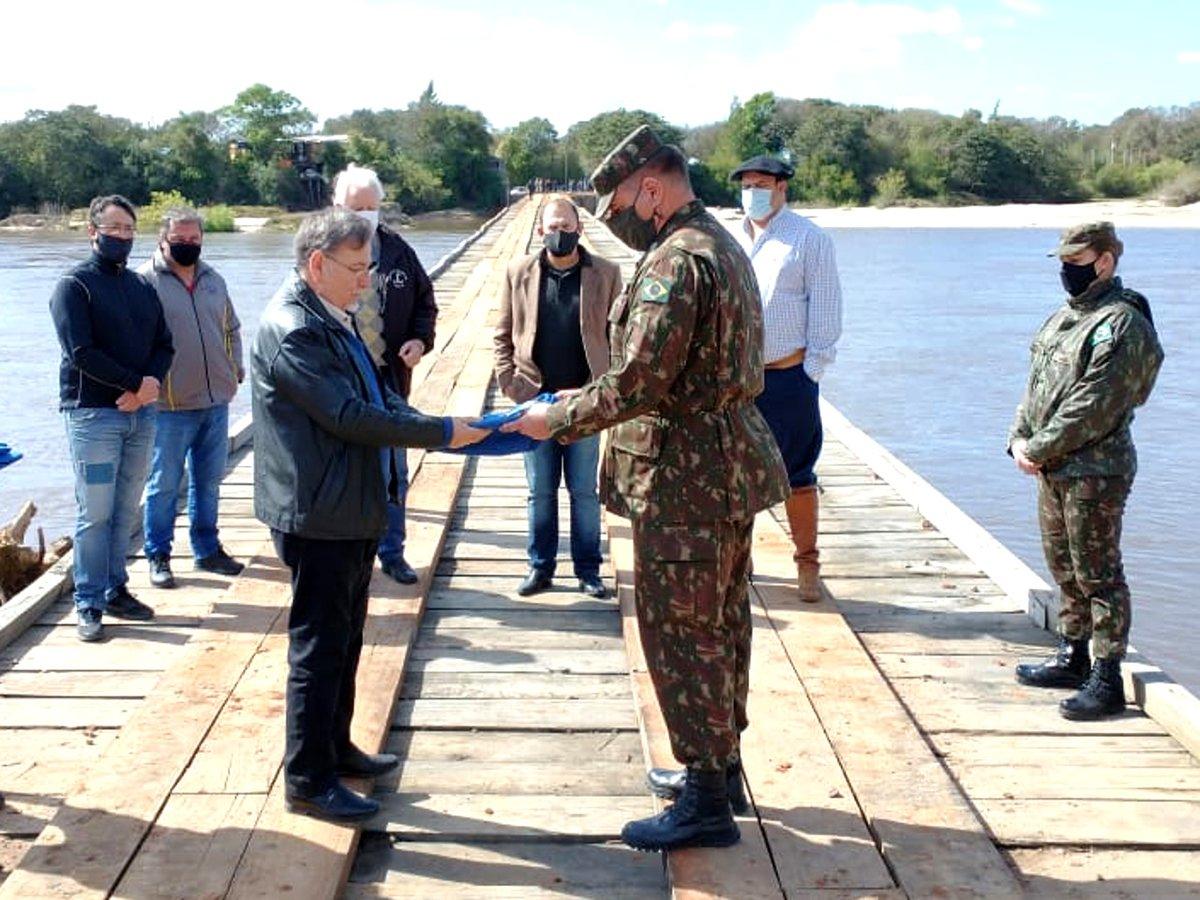 Parceria entre o Exército e o município de Cacequi (RS) proporciona a inauguração da nova Ponte de São Simão https://t.co/CQxWZopsZ1 #BraçoForte #MãoAmiga https://t.co/XJBE3IOF1Q