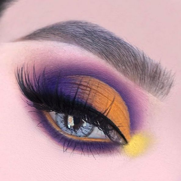 Eyes that speak a thousand words 🧡 The stunning @humayrabeauty wearing our Mesmereyez cosmetic coloured lenses in 'Maria White' for that natural blue feel ✨  Shop yours today from just £6.99 plus UK free delivery on all orders✨ #huntordye #makeuplook #bluelenses https://t.co/gT5zaa11yo