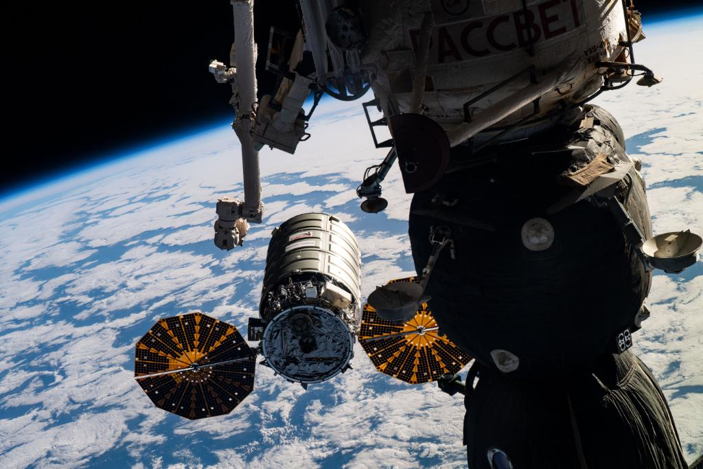 On Sept. 29, were launching science to the @Space_Station from @NASA_Wallops! Head to @Reddit today to ask experts about: 🚽 12pm ET, r/space: Space toilet 🌱 3pm ET, r/gardening: Space-grown radishes 🎥 5pm ET, r/filmmakers: VR camera for spacewalks go.nasa.gov/306ZYMP