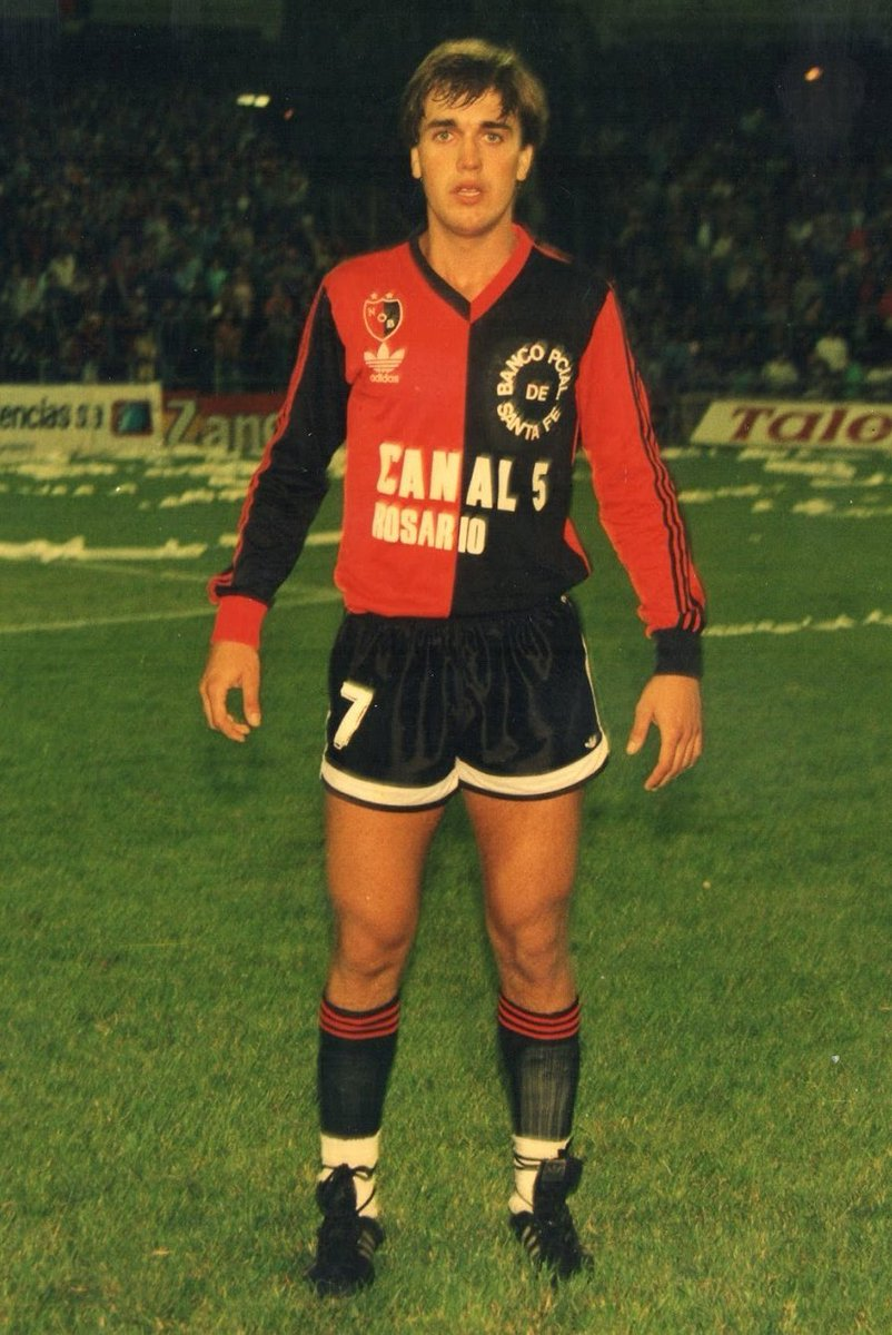 1988 🔙  Gabriel Omar Batistuta made his first appearance for Newell's Old Boys.   Football's history is called Newell's Old Boys.   #ANAW ❤️🖤 https://t.co/X9sEns2dR8