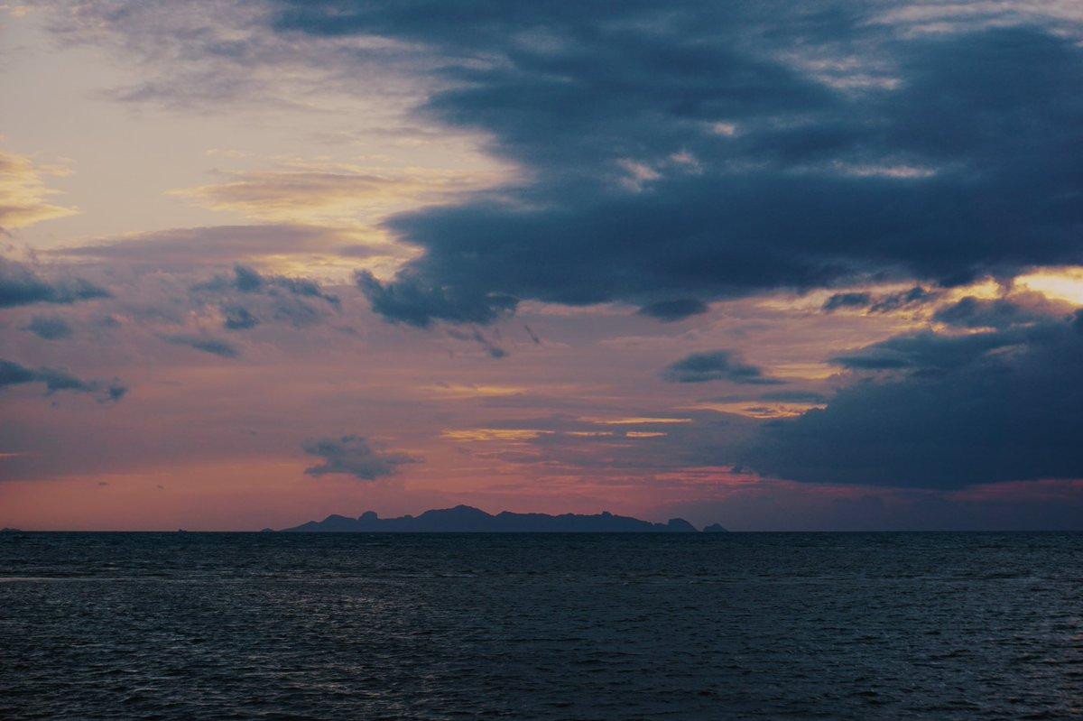#byroberteklund #photography #SonyA6000 #sonyalpha #sonyalphaphotography #sonyalphaphotos #roberteklund #kohsamui #thailand #kosamui #sea #horizon #sunset #sunsetsky #sunsetphotography #sunsetglow #magichour #orangesky #eveningglow #goldenlight #wanderlust #travel #nofilter https://t.co/ZkOmdDY1a2