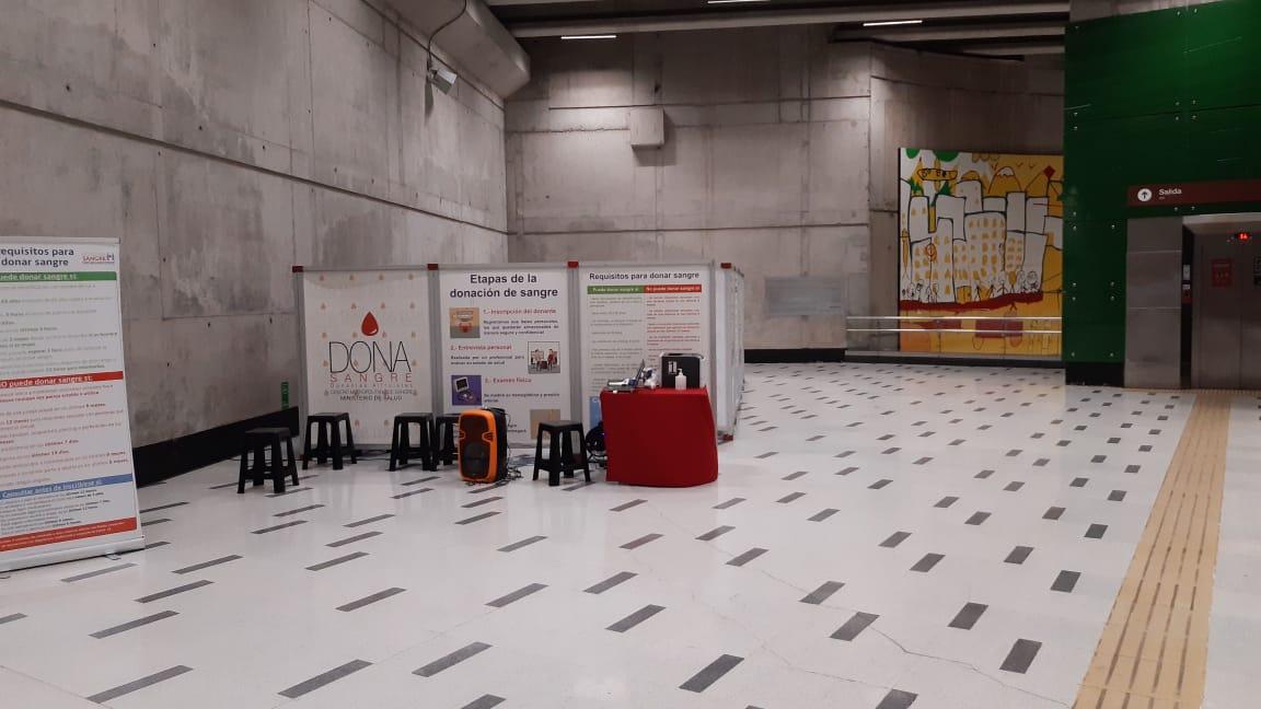 Seguimos junta a @metrodesantiago en la Estación Fernando Castillo Velasco. Estamos muy bajo con las donaciones, te pedimos que te acerques a donar si vives cerca o andas de paso por ahí. Solo 30 minutos que con eso salvas la vida de 3 personas y te sentirás muy feliz de hacerlo https://t.co/fKVGg525Bv