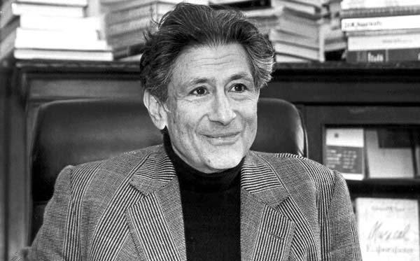"""""""Entelektüel, profesyonelleşmenin baskısı giderek artarken, amatör kalıp kamusal alanda yoksullar, yok sayılanlar, güçsüzler adına kendi görüşünü ve tavrını temsil etmekte ısrar eden bireydir. Hiçbir kahramana ve siyasi hiçbir tanrıya inanmaz.""""  Edward Said (1/11/1935-25/09/2003) https://t.co/XxpdAxU6rq"""