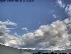 #Bogota con cielo parcialmente cubierto y predominio de tiempo seco, temperatura en el aeropuerto el dorado de 19°C.  Para las próximas horas se espera persistencia en las condiciones de tiempo seco y una temperatura mínima en la madrugada de 9°C. https://t.co/k8BIpOK19V