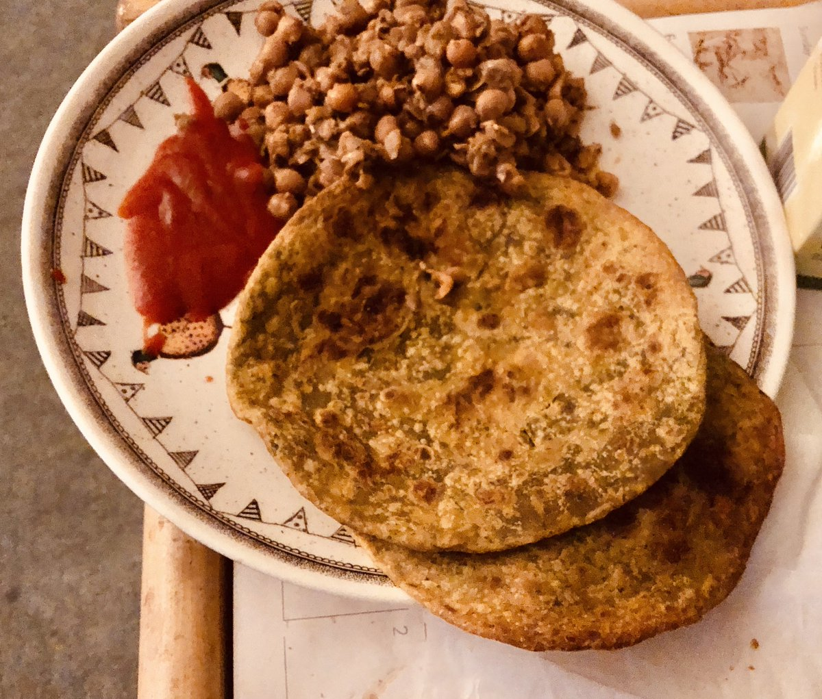 Methi Paratha (ready-made from the packet!) and chana masala with Sriracha sauce!!!! https://t.co/9pUESyrt1M