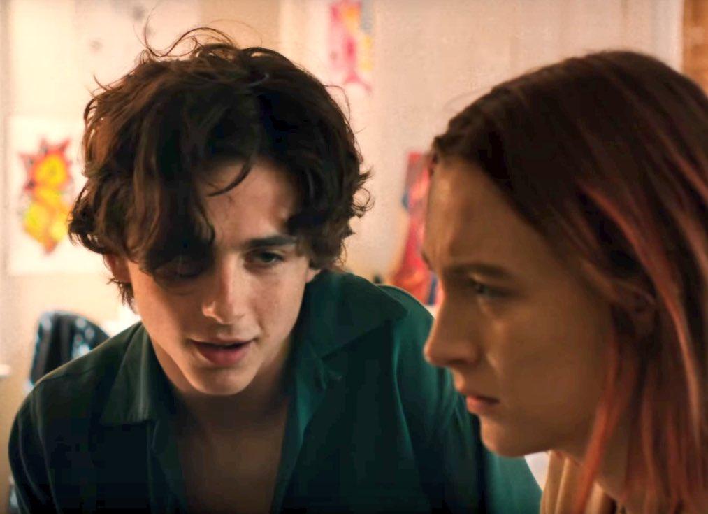 """自分をレディバードと呼ぶ17歳のクリスティンは恋愛、進学、家族と様々な悩みを抱えていた。閉塞感を感じながら生きる彼女の生活を描いた作品。痛々しくもう二度と経験したくないのに過ぎると何故か懐かしくなる""""青春""""という怪物を描いた傑作映画。普段青春映画を見ない人にこそ見て欲しい。"""