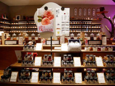 【気になる】今年3月にオープン、東京ソラマチの「立ち喰い梅干し屋」全国300種類以上の梅干しの中から厳選された梅を販売。店内では、気になる梅を選んで、お茶などと楽しむことができる。