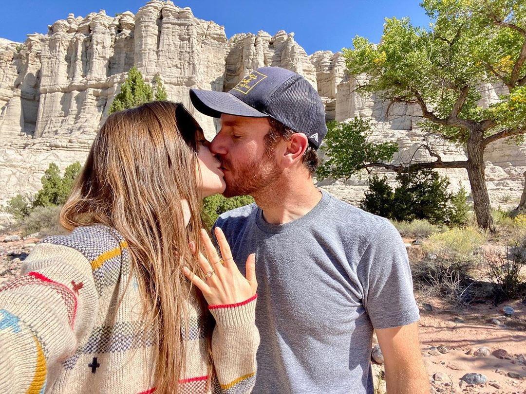 リリー・コリンズも婚約おめでとうございます❤️💍映画監督のチャーリーさんと!「これまでずっとあなたを待っていた。これからの人生をあなたと一緒に過ごすのが楽しみ!」「君は僕の人生を照らしてくれた。君との冒険は永遠に大切なものになるだろう」とコメント!