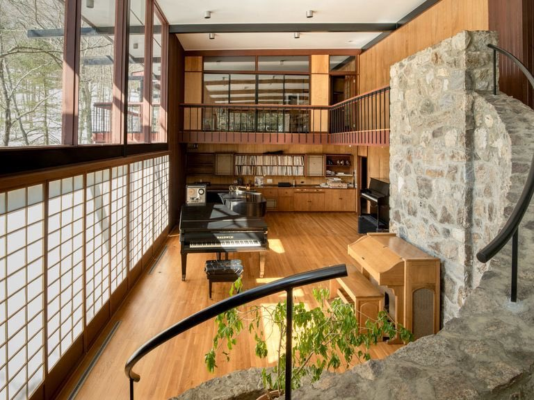 Dave Brubeck's Connecticut home put on the market for $2.75 million. I had the privilege of visiting him there—it's a stunning and very stylish place. variety.com/2020/dirt/ente…