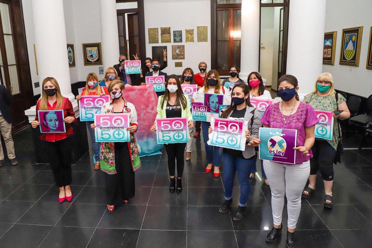 🔴Círculo Rojo: En los festejos de la #Paridad NO se miraron.   La foto de una de ellas se hizo viral por el festejo.  Esta imagen causo revuelo. https://t.co/Ui1sg3BSsl