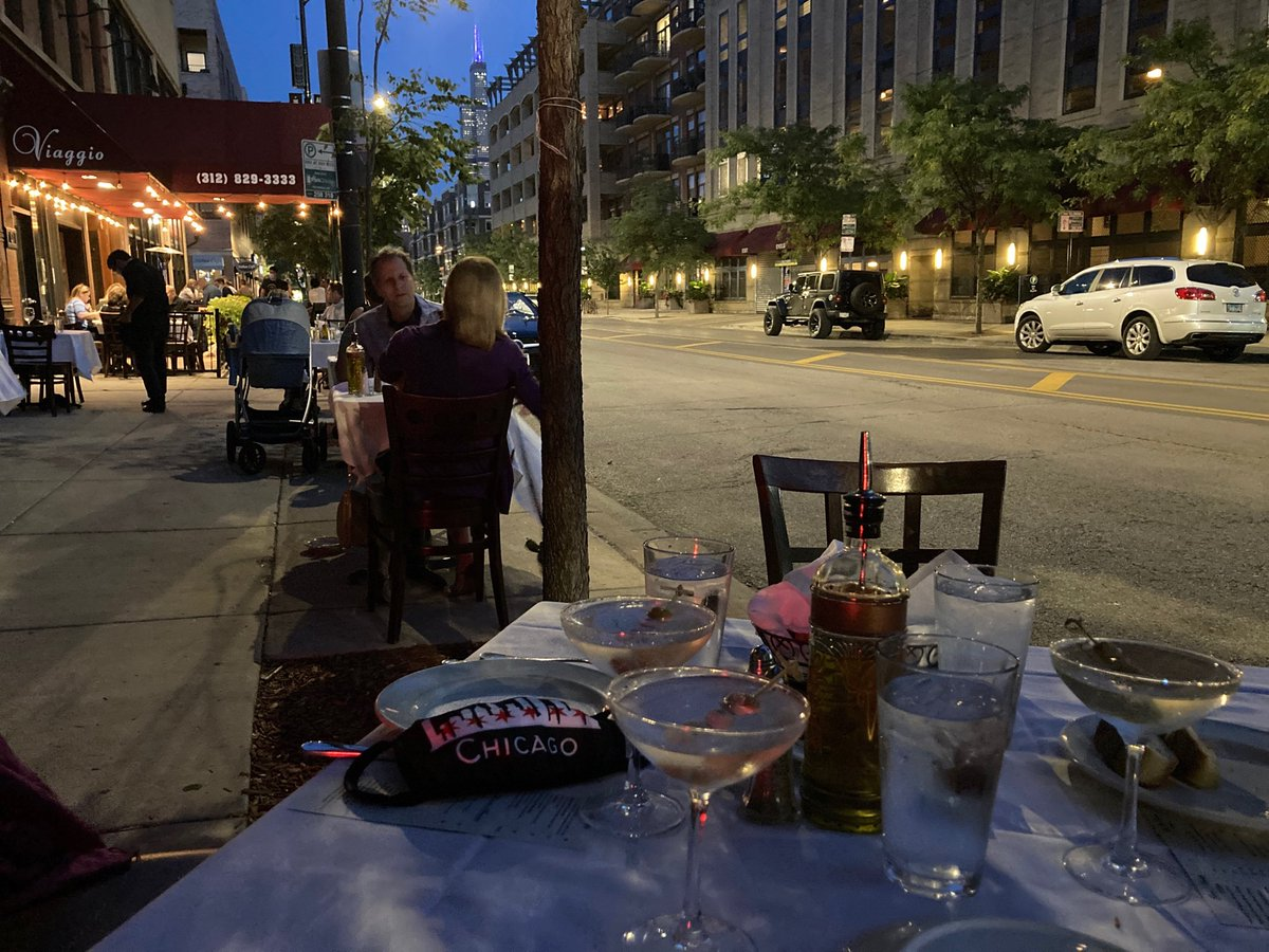 Friday night at Viaggio on #WestMadison looking at the Sears Tower (spelled W-I-L-L-I-S). Al fresco dinning at its best.  Now more than ever.  #supportlocal   @neighborsWLoop @TheBestLoop @BizNewsJobs  #Viaggio https://t.co/7NgpylzqJB