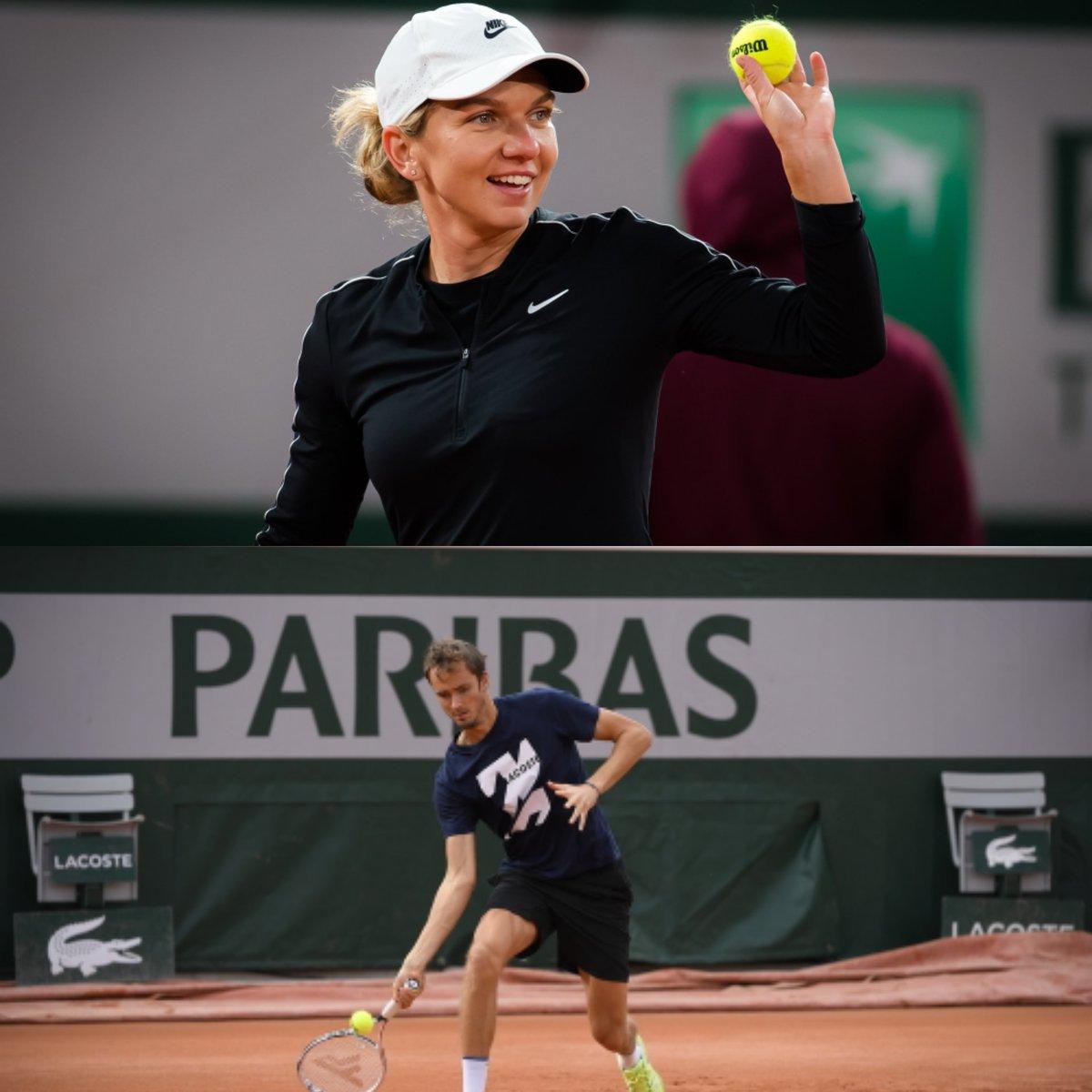 """¿Un Roland Garros de locos? 🤔 """"El frío provoca que la pista y la bola estén más pesadas, es muy díficil jugar así"""", @Simona_Halep. 🎙️  """"En tierra batida, me beneficia mucho que haga frío, que la pelota no pique mucho al botar"""", @DaniilMedwed. 🗣️  #RolandGarros #ATPTour #WTAtour https://t.co/C4n9bq2QX4"""