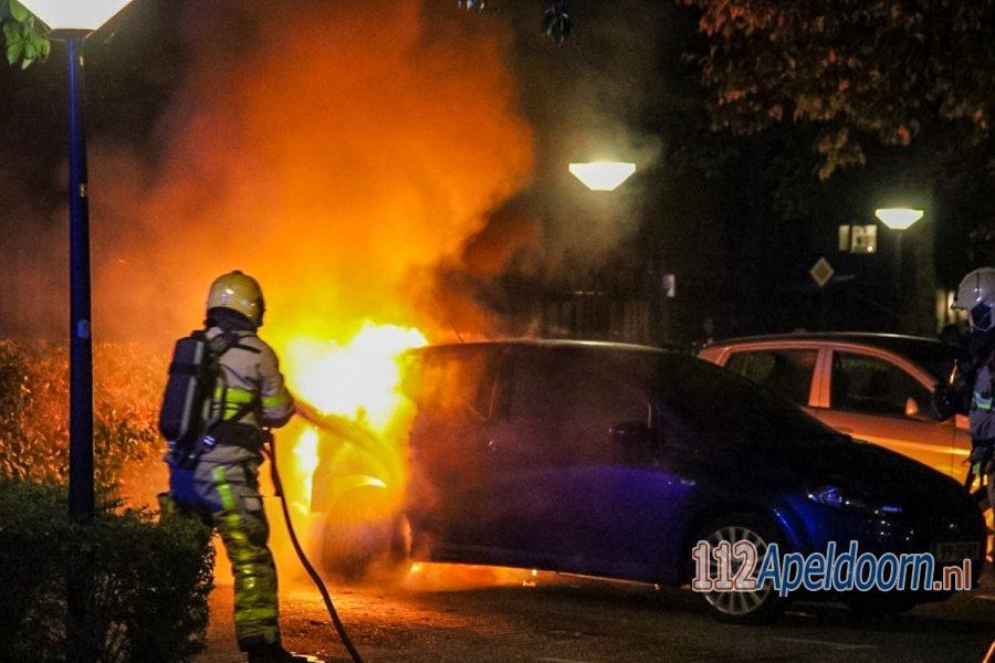 Brandweer blust autobrand in wijk De Maten #Apeldoorn [video]. 112Apeldoorn.