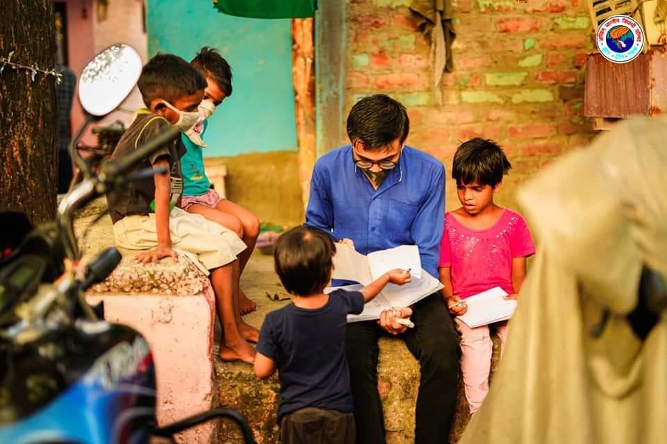 बस्ती की पाठशाला परिषद की पाठशाला कोरोना महामारी के दौरान जब देश के जमीनी स्तर की शिक्षा यानी स्कूल शिक्षा अत्यंत प्रभावित है  तब विद्यार्थी परिषद ने एक जिम्मेदार छात्र संगठन  होने का मौलिक  नैतिक कर्तव्य निभाया है । #parishadkipathshala  @ABVPVoice  @nidhitripathi92 https://t.co/EbyEmGFXyS