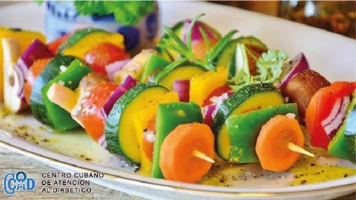 Acompaña tu platillo fuerte con brochetas de verduras.🥕  #ControlDeLaGlucosa   #Diabetes   #alimentacionsaludable   #CentroCubanoDeAtenciónAlDiabético https://t.co/clvF9buPgw