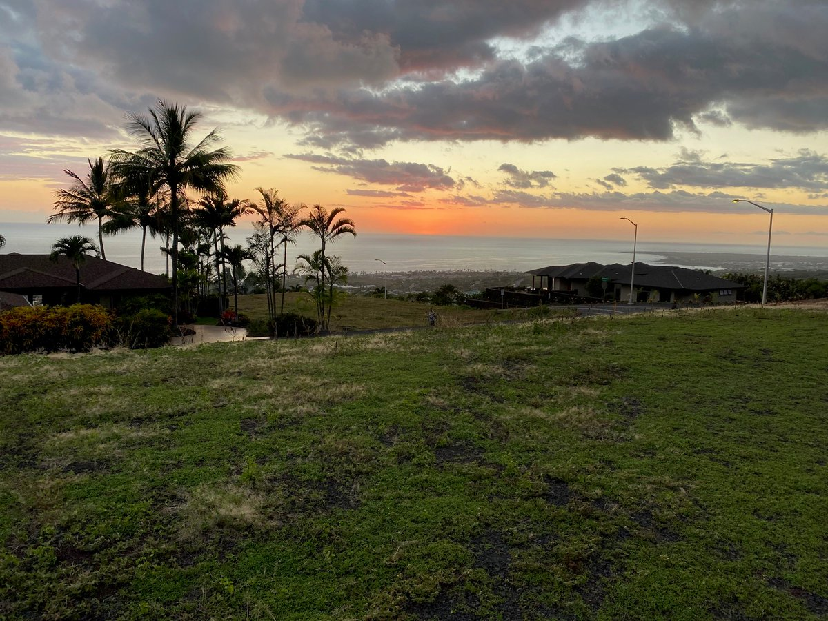 Checking out the #greenflash 🤩 for potential new customer seeking the right lot to build their #newhome #HappyAlohaFriday 🌴🌺 #hawaiisunset #sunsets https://t.co/z37X1jSIBW