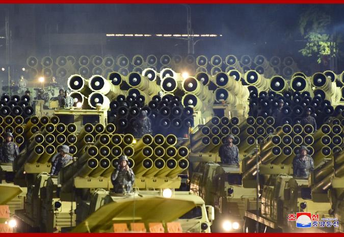 Sjeverna Koreja održala veliku paradu i predstavila suvemene sustave Ej-m6QrXkAEFhY6?format=png&name=small
