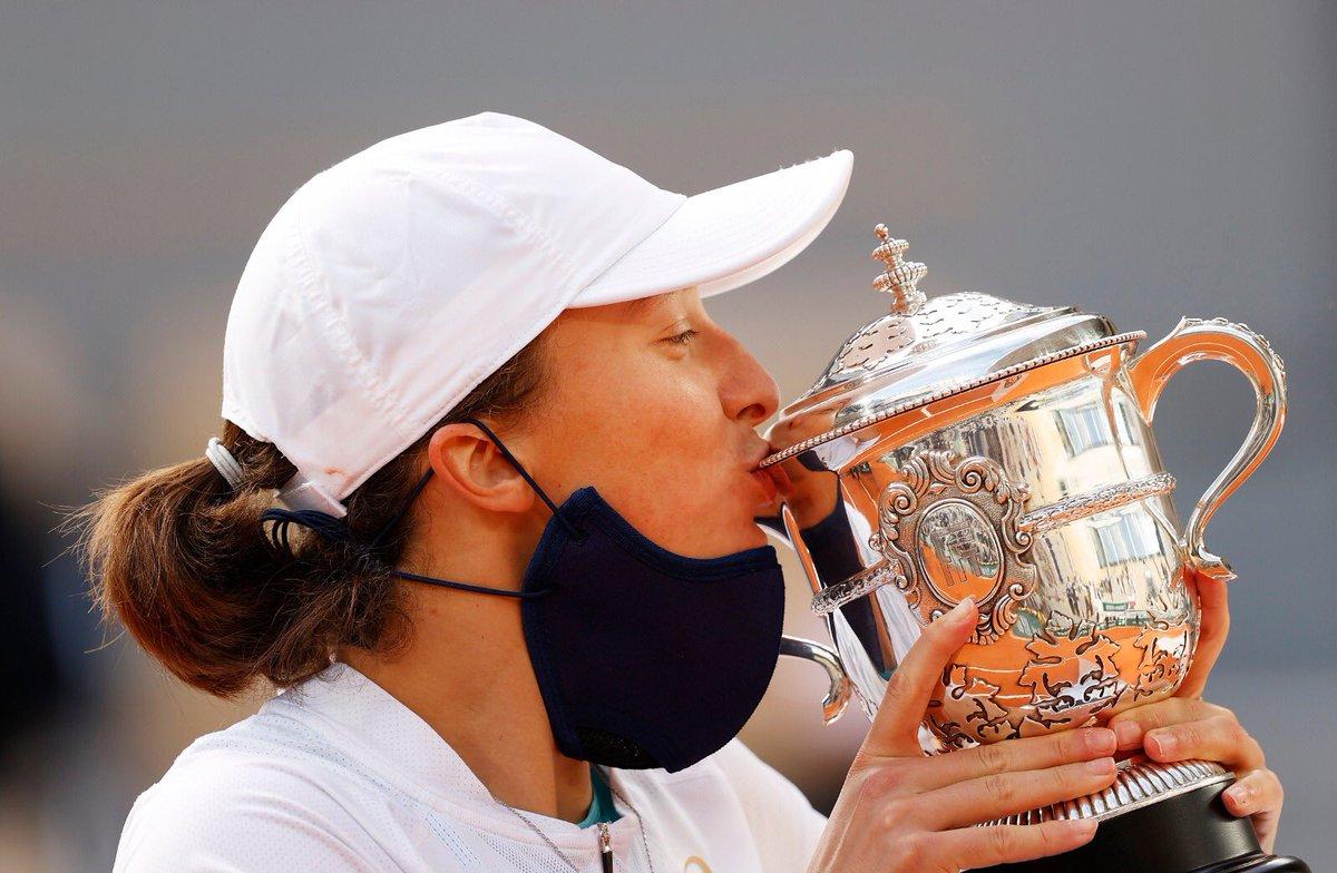 .@iga_swiatek è la nuova campionessa del #RolandGarros!   1️⃣9️⃣ anni 🏆 1° titolo assoluto e 1° Slam in carriera 🇵🇱 1° giocatrice polacca a vincere uno Slam   🎾 Nessun set perso nel Torneo   👏 #tennis #RG20 https://t.co/yE1BC4f2Pm