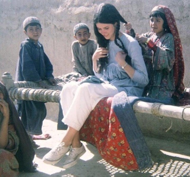#American tourist gets her hair braided by village girl. #Afghanistan, 1969.