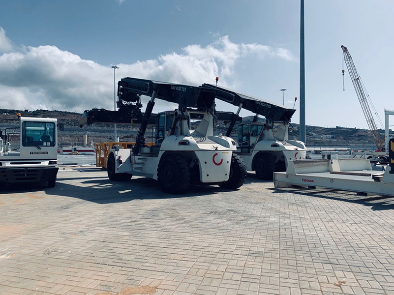 Nice pictures from Morocco this week. The commissioning of 4 new #Konecranes reach stacker is now completed for a joy of a new happy customer. Big thanks to Techniplus for their local representation and to our colleagues at site. #kclifttrucks #happycustomers https://t.co/p1I79D73Gh