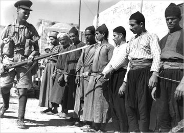 A #British soldier points his gun at a group of #Palestinian rebels who were apprehended and tied to each other by the British troops in #Palestine during the 1930s. @Mvoice13   Photo source: Getty Images https://t.co/wb003PBmPZ