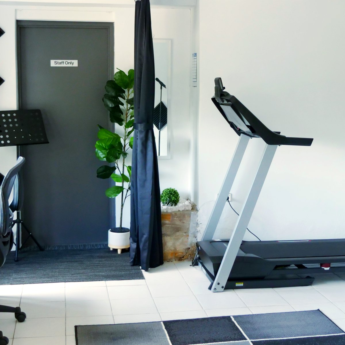 A treadmill? YES! One of the many things we bring to our academy is physical and vocal agility.  To book: https://t.co/i4rykoGbER  #vocalcoach #singers #musicians #singinglessons #singing #singingwarmups #warmups #onlinelessons  #treadmill #fitness #vocalagility #agility #stamina https://t.co/g4PbJeIE0A