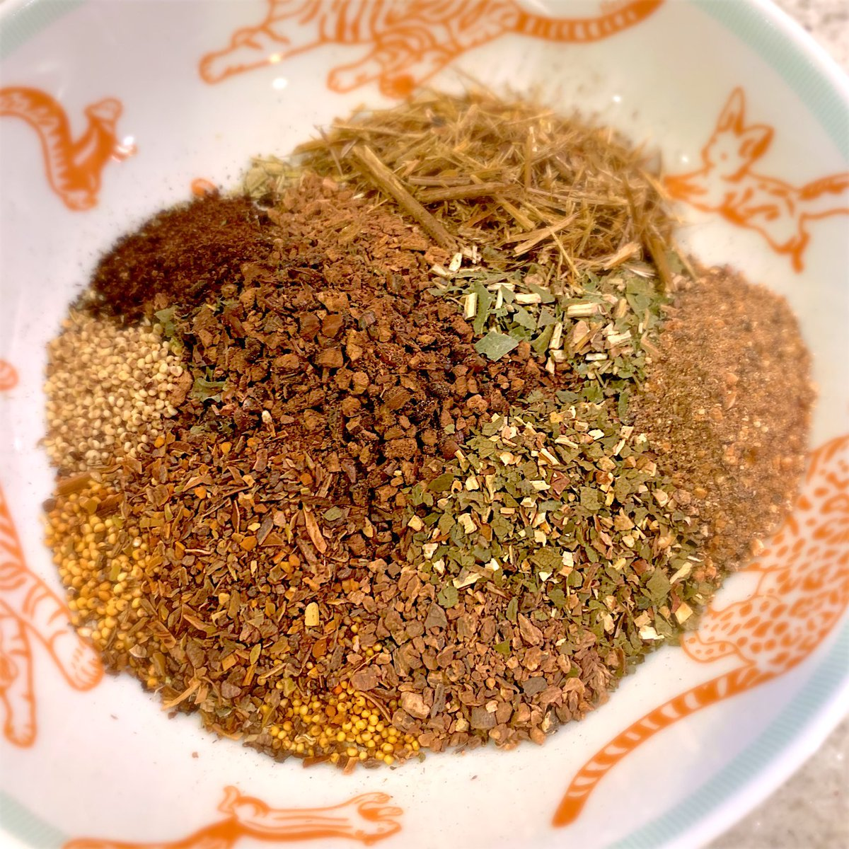 夜な夜なお茶の葉を配合している。店で無料で提供する予定。 20種類、全て国産無農薬の茶葉を使用。ノンカフェイン。