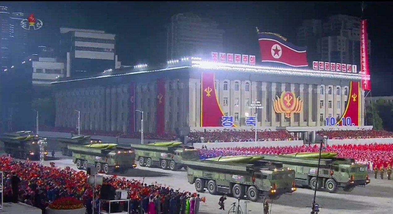 Sjeverna Koreja održala veliku paradu i predstavila suvemene sustave Ej92fIEX0AAUM0J?format=jpg&name=large