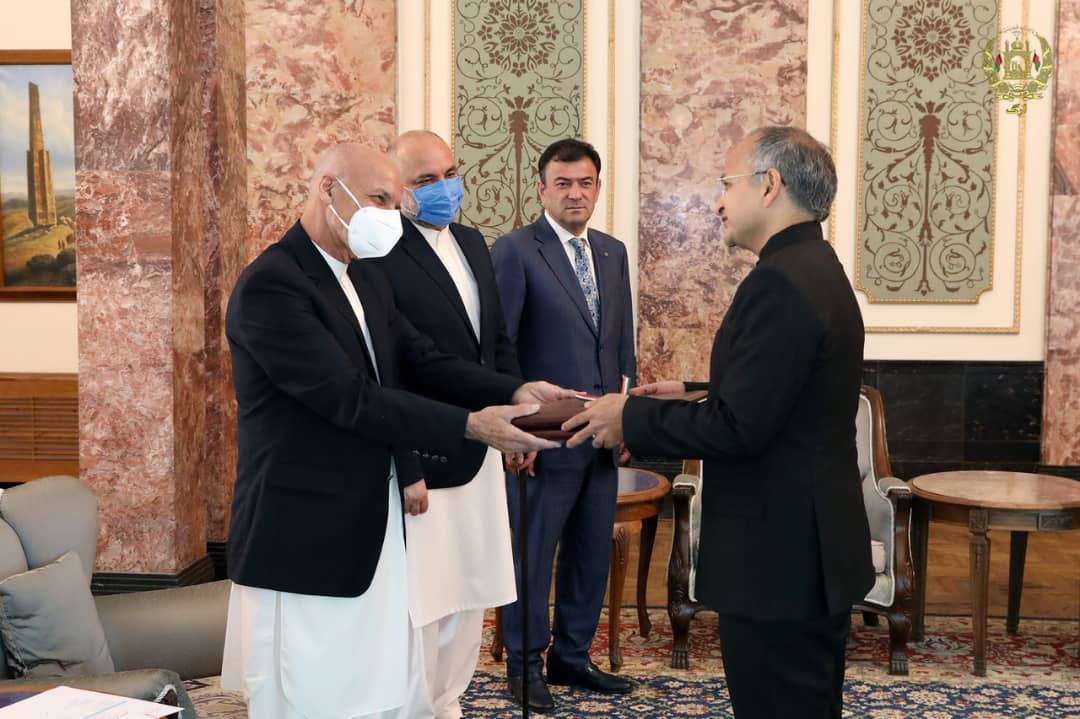 Ambassador of India to Afghanistan Mr. Rudrendra Tandon presented his credentials today to H.E. President Mohammad Ashraf Ghani at the Arg Presidential Palace. @MEAIndia https://t.co/qJsU5xXO01