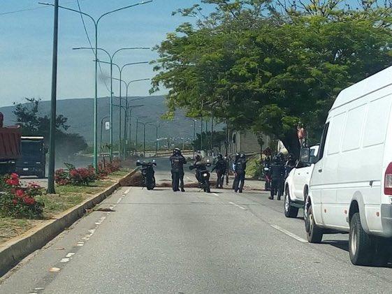 """10:30am en la av Ribereña a la altura de la calle 47 sector La Veguita de #Barquisimeto trancaron la vía para Protestar por falta de Gas y que llevan más de 2 meses sin la caja del CLAP """"No trancamos por gusto, fue por nuestros hijos que no tienen que comer"""" #Lara #28Sep https://t.co/jLqOzZUUgS"""
