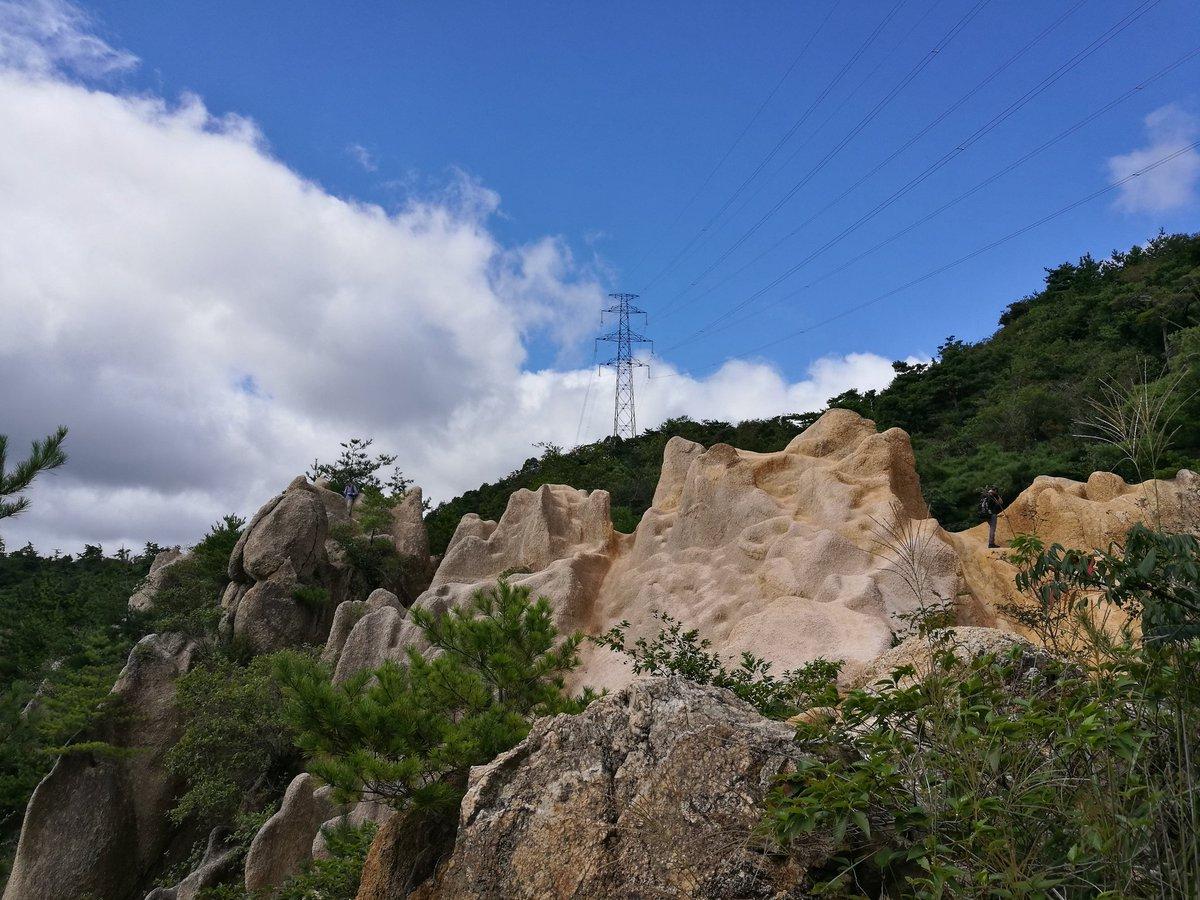 岩場から落下している時、まさにスローモーションでした。 青空と岩が徐々に遠ざかっていき、背中に衝撃…天と地がひっくり返って、もう一段落ちて、天が見えた。 落ちた瞬間は「あっ!」と思っただけで、他に何も考えず、景色を眺めてた。 大した滑落じゃないけど、貴重な経験でした。 #登山 #滑落 https://t.co/fJwBJNA3wr