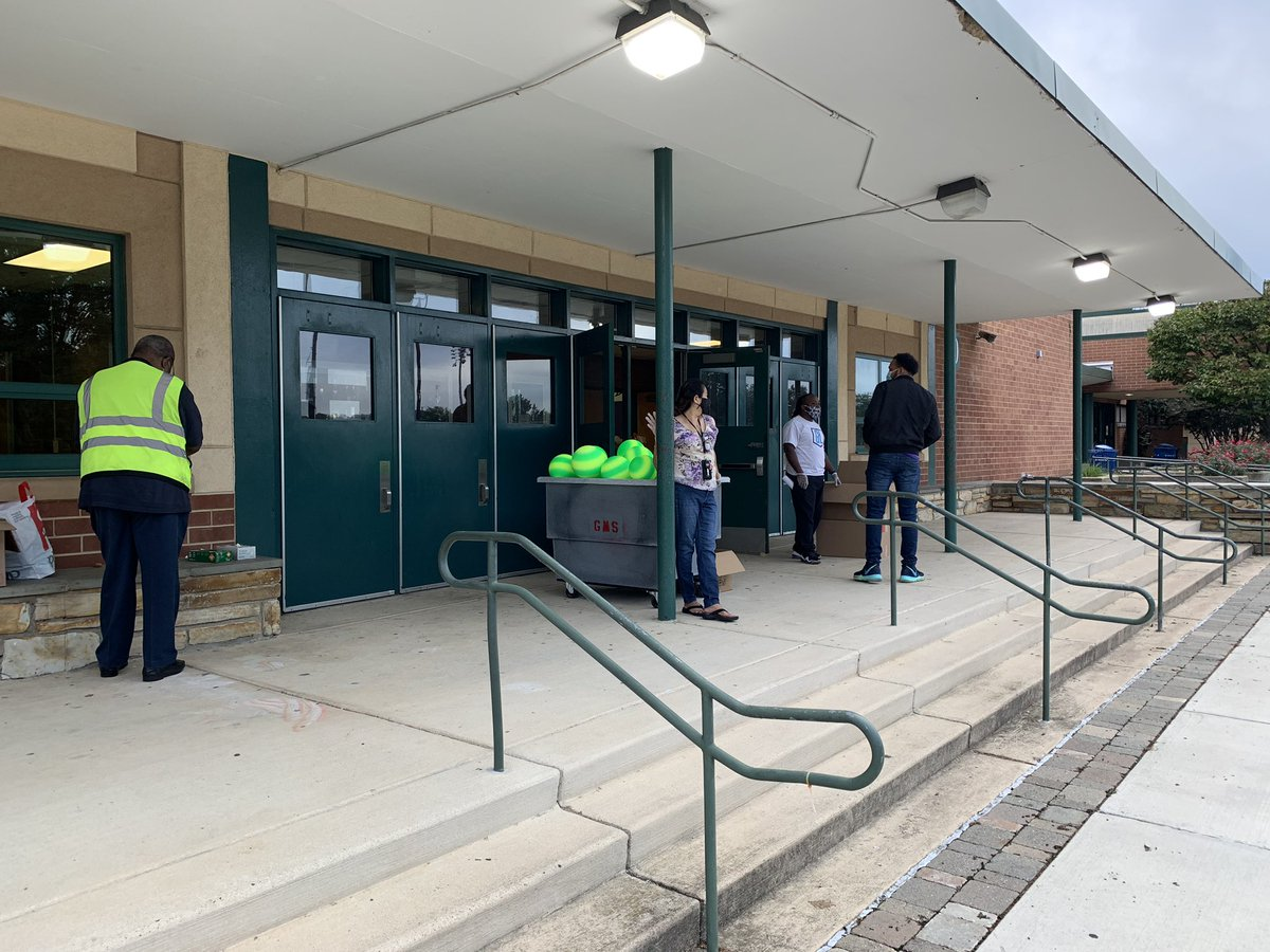 APS Instructional kits distribution at Gunston! It's so good to see families and even better to have help! <a target='_blank' href='http://search.twitter.com/search?q=OneGunston'><a target='_blank' href='https://twitter.com/hashtag/OneGunston?src=hash'>#OneGunston</a></a> <a target='_blank' href='https://t.co/vjZJQ4EOSS'>https://t.co/vjZJQ4EOSS</a>