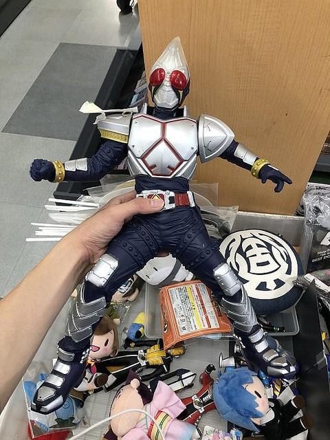 1000RT:【生き続けろ】本屋で『仮面ライダー剣』の人形と16年ぶりに奇跡の再会、投稿写真が話題自身の名前が後ろに書いてあったため確信。園児の時にフリーマーケットで売られてしまっていたという。