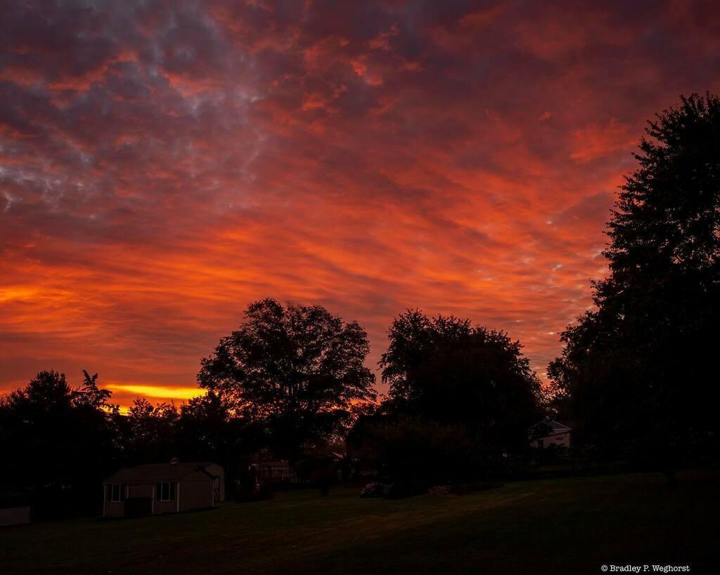 Beautiful sunrise.  #sunrise #sunriselovers #skylovers #instasky #clouds #instaclouds #illumination #morning #nature #mothernature #montcopa https://t.co/nmR3QPnLfG https://t.co/Tgdggoed57