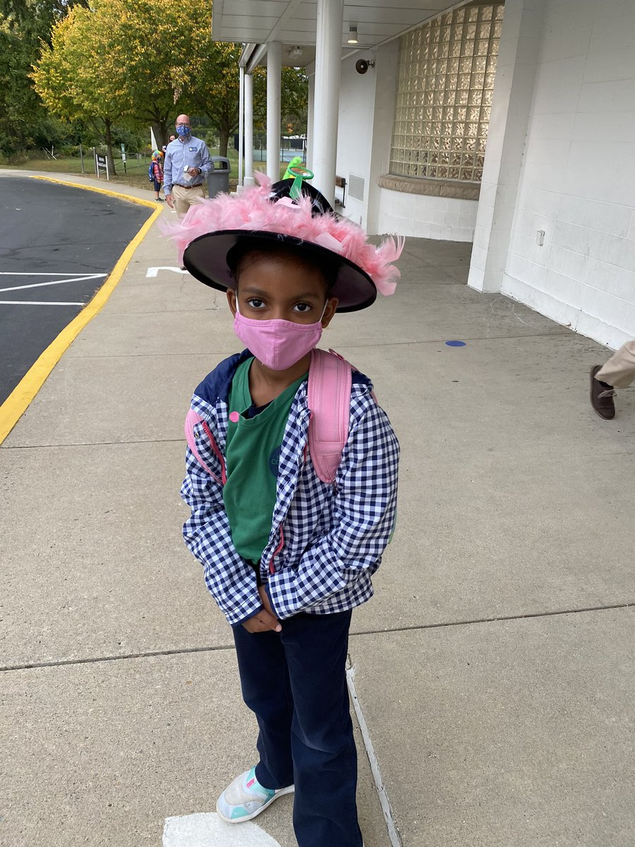 Seen at @CountryDay carline this AM - homemade hats for first day of #homecoming spirit week! #wearecountryday #diy #schoolspirit 🎩👒👑 https://t.co/sg1dWTfhKT