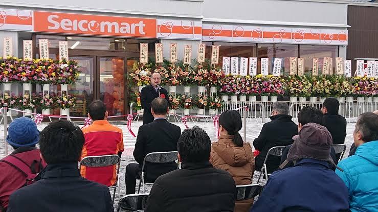 北海道など地方の僻地においてコンビニは、単なるお店じゃなくて、重要な生活インフラの1つであるってのは利尻島にリニューアルオープンしたセイコーマートの祝い花の数見りゃ一目瞭然だよ。