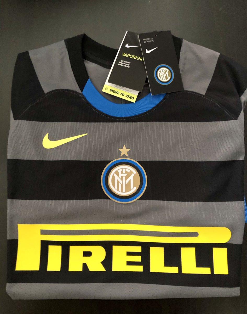 La quería mucho esta camiseta, con esta ya cerraría mi colección de casacas del @Inter.  La verdad es mi primera y única versión jugador. In Love total con los detalles y el material, que ligera es. 🖤💙 #amala #notforeveryone https://t.co/x1HDcSVtb0