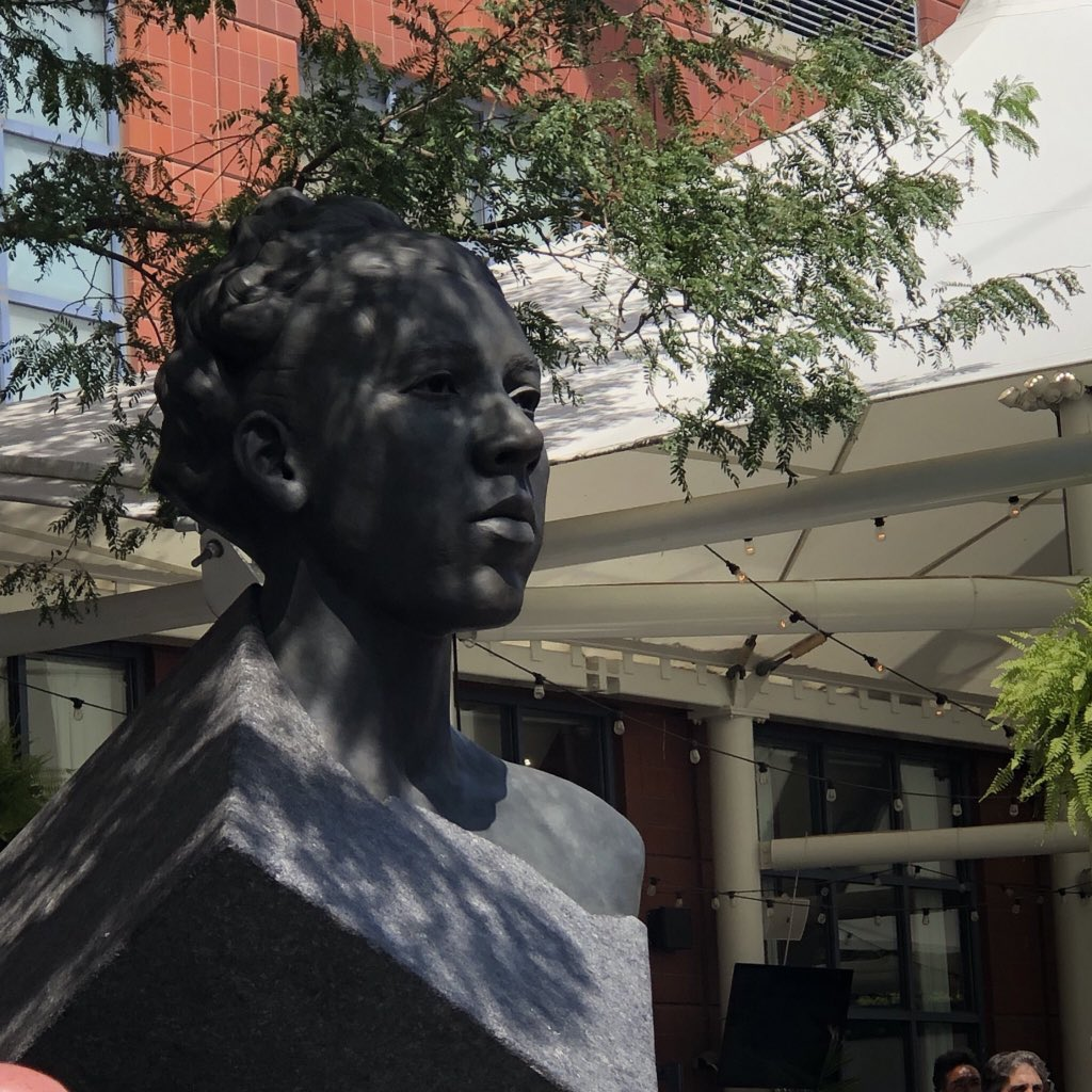 17 years ago today, Althea Gibson, the first Black athlete to win a Grand Slam title, passed away.   This statue memorializing her at the #USOpen stands as a reminder to all who pass that her greatness and bravery will never be forgotten.   Thank you, Althea. https://t.co/7MTnHgaC6q