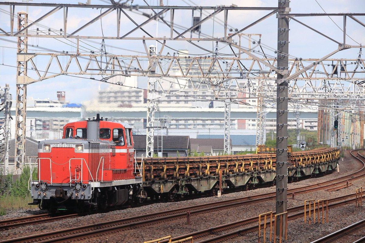 200928・9295@新小岩操~越中島貨物 今日は週休、しかしながら東武甲種にも仙台ロンチキにも行けず…なんとか150mレール臨を狙いに出かけることに。 久々の好天でしたが…きまぐれな雲が…再履修せねばならなくなりました。 ところでこの列車、東のDE10が無くなったらどうなるのかしら? #DE10 https://t.co/IAAHl6xVZr