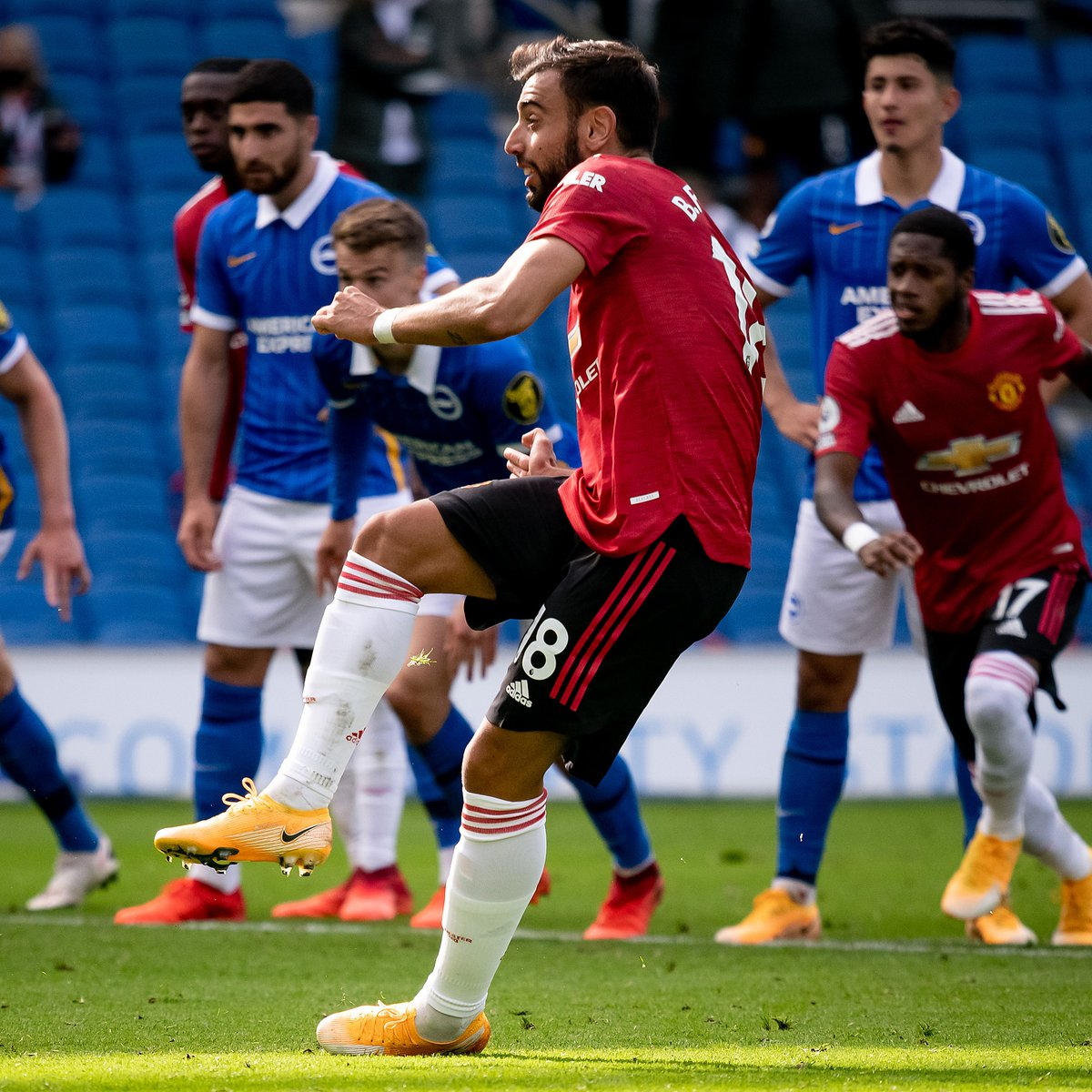 📂 @B_Fernandes8 opened his account for the season on Saturday! 🎯  Here, he explains his spot-kick mindset and how we choose who takes them...  #MUFC https://t.co/VGFhEi98Yk