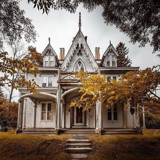 #Architecture Awesome of the Day: #Gothic-Style #Victorian House 🏠 Built By William H. Mason (1845) in #Thompson #Connecticut #USA 🇺🇸 via @HousesVictorian #SamaPlaces 🗺️