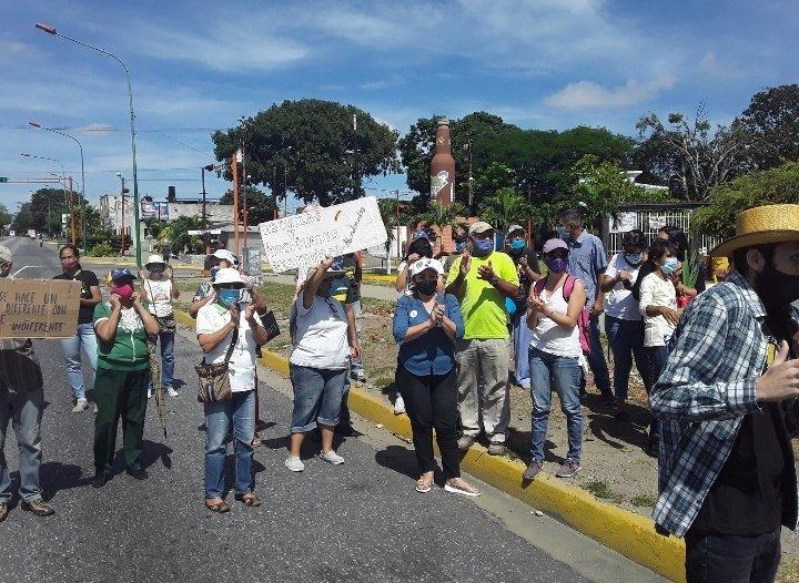 """A esta hora habitantes de la Urb Bararida protestan en la Av Libertador frente a """"La Botella"""" por las deficiencias en los servicios públicos y por una mejor calidad de vida. Gritan """"Fuera Maduro"""". 📷 @NolbertoHerrera. #Barquisimeto #Lara https://t.co/q0yuociEXu"""