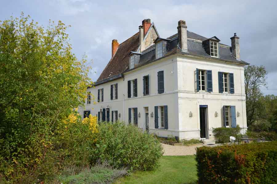 #Wonderful #restored #18thC #chateau #forsale #2.6HA on #riverDronne  one hour from #Bordeaux & #Bergerac. A detached #barn partly renovated to provide #1bedcottage. 75m #river frontage complete with jetty,  #9holegolfcourse. Potential #gites €1,450,000 https://t.co/iRji8ndFF1 https://t.co/aBP7E9tghb