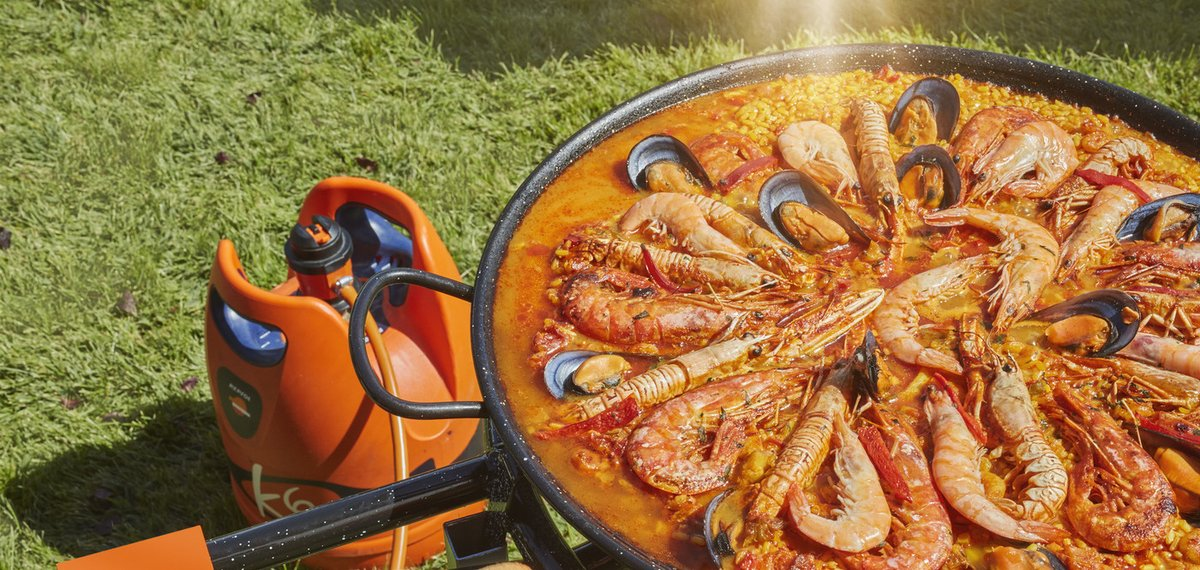 Paellas al sol, con el mejor sabor... ¡el del aire libre! Disfruta del sabor tradicional con nuestra bombona K6, la mejor aliada para cocinar, tanto en exteriores como en el interior de tu hogar. Hazte con ella en tu estación de servicio más cercana: https://t.co/DVCVzLtRNS https://t.co/Xp2hSJ5vQG