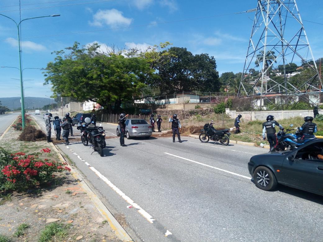 """10:30am en la av Ribereña a la altura de la calle 47 sector La Veguita de #Barquisimeto trancaron la vía para Protestar por falta de Gas y que llevan más de 2 meses sin la caja del CLAP """"No trancamos por gusto, fue por nuestros hijos que no tienen que comer"""" #Lara #28Sep https://t.co/mIufBDOHRJ"""