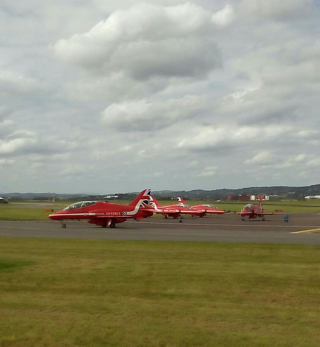 The #Redarrows at #exeterairport a couple weeks ago  departing for the #Guernsey #airshow The blues' neeling down doing there safety checks for the jet's on way out. https://t.co/XsehH5HxS3