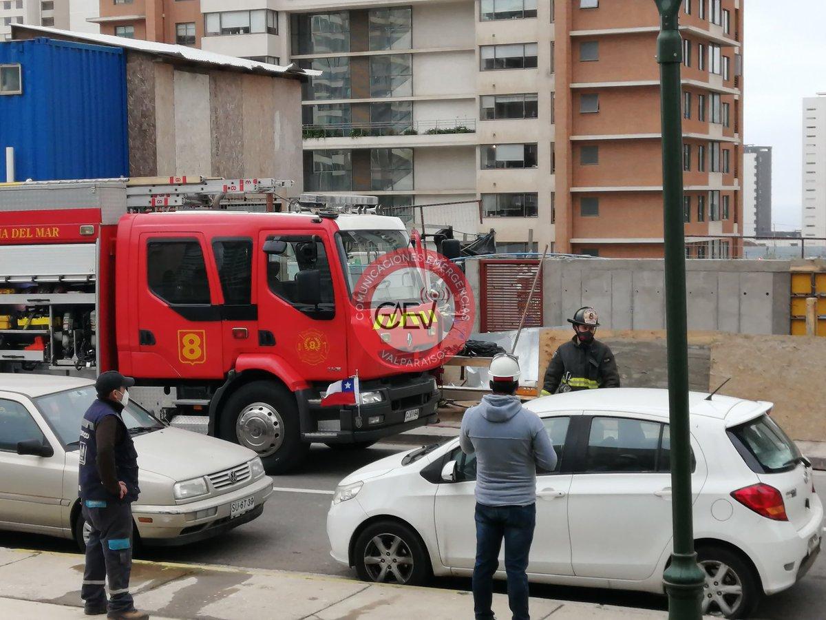 18:00 Horas #ConCon @bomberosvina trabaja con dos unidades en emergencia, por rotura de cañería gas natural en calle Cinerarias / Liquidambar. @sjbadbet @NicoleLayana @mafepi76 @EmilioRifo https://t.co/Lx1P8jHlTe