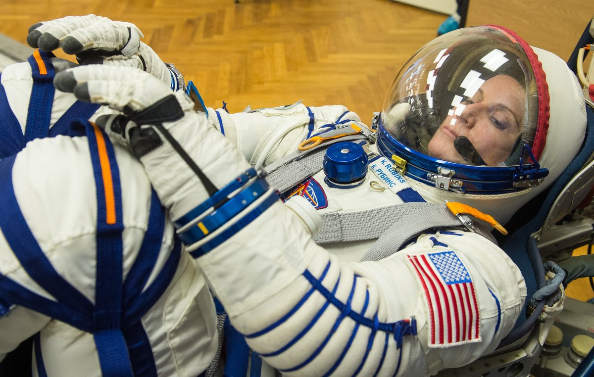 A la astronauta Kate Rubins se le ha puesto una cara de Sigourney Weaver en Alien que no veas, será cosa del traje... ¿no, @Okinfografia? https://t.co/GuZT7SGXid