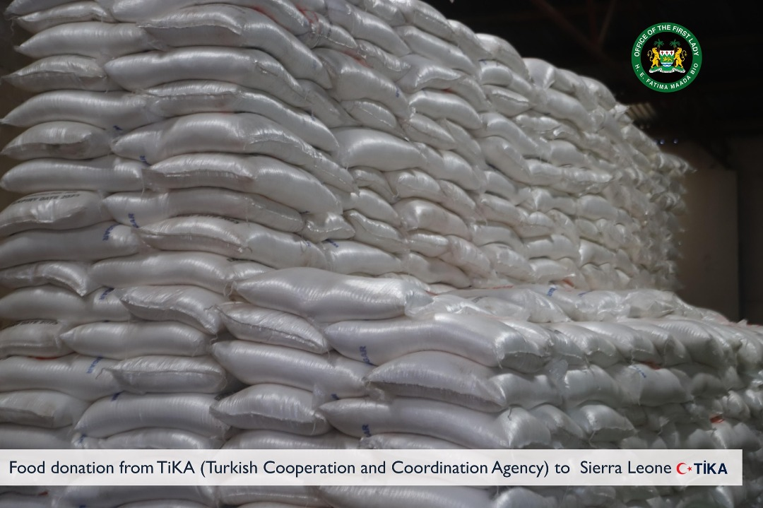 TiKA (Turkish Cooperation and Coordination Agency) donates food package for distribution to families in Sierra Leone within the scope of the Sierra Leone Food Basket Initiative. The items are being received by H. E. Fatima Maada Bio on behalf of the Maada & Fatima Bio foundation https://t.co/Trl3AERvlB